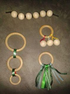 Le hochet est un des premiers jouets de bébé. De la naissance à 12 mois environ, il lui permet à la fois de stimuler sa motricité et ses sens. Pour l'ensemble les images parlent d'elles même. Munissez vous d'anneaux de rideaux de différentes tailles en... Montessori Baby, Montessori Activities, Classroom Projects, Craft Projects, Newborn Gifts, Baby Gifts, Natural Toys, Montessori Materials, Baby Rattle