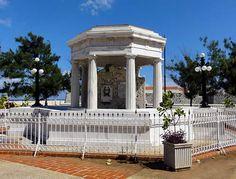 Un fragmento de la antigua muralla de La Habana recubierto de mármol blanco conmemora el lugar donde ocho estudiantes de medicina fueron ejecutados el 27 de noviembre de 1871 por el gobierno colonial, como represalia a la presunta profanación de la tumba del periodista español Don Gonzalo Castañon.