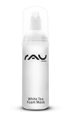 Unsere RAU White Tea Foam Mask ist eine remineralisierende und pflegende Maske. Die Schaummaske mit feuchtigkeitsspendenden Eigenschaften kann die Hautaktivitäten anregen und die natürlichen Hauteigenschaften unterstützen. Weißer Tee, einer der wertvollen Inhaltsstoffe, ist bekannt als effektiver Radikalfänger und trägt zur Remineralisierung der Haut bei. Weitere reichhaltige Bestandteile wie Sonnenblumenöl und Cranberry Extrakt pflegen Ihre Haut seidig samt und sorgen für den ...
