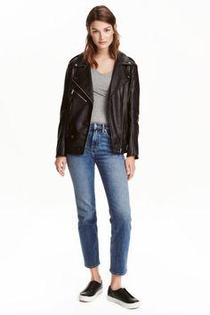 Straight Regular Ankle Jeans: CONSCIOUS. Vaqueros tobilleros de cinco bolsillos en denim elástico y lavado de algodón orgánico. Modelo con cintura estándar y perneras rectas.