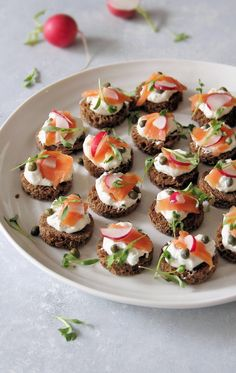 Smoked Salmon & Rye Canapés Simple & delicious smoked salmon canapés with a luscious lemon-dill base make the perfect appetizer or accompaniment to a wine & cheese Canapes Recipes, Appetizer Recipes, Salmon Recipes, Nye Recipes, Canapes Ideas, Cheese Appetizers, Smoked Salmon Canapes, Party Snacks, Party Canapes