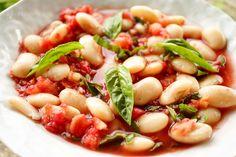 Riesenbohnen mit frischer Tomatensoße ist so was von schnell zubereitet, dass es das perfekte Gericht für den Urlaub ist, obwohl es einen Tag Vorlauf braucht, weil die Bohnen eingeweicht werden müs…