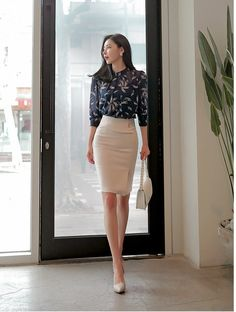 Nice office style, black shirt and pencil skirt Nizza Büro-Stil, schwarzes Hemd und Bleistiftrock Elegantes Business Outfit, Elegantes Outfit, Komplette Outfits, Classy Outfits, Sweater Outfits, Stylish Outfits, Summer Outfits, Woman Outfits, Fall Outfits