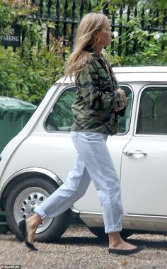 Camo Jacket, Military Jacket, Blue Jeans, White Jeans, Kate Moss Style, Stepping Out, Casual Looks, Supermodels, Ootd
