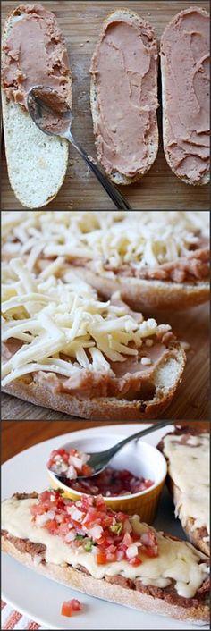"""Para el desayuno: Molletes con frijolitos, queso manchego, se gratinan y se sirven con una salsita """"Pico de gallo"""" (Jitomate, cebolla y chile)"""