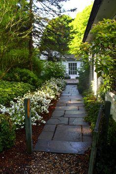Best Farmhouse Side Yard Decor And Design Idea 31 Garden Pavers, Backyard Landscaping, Patio Decks, Paver Walkway, Walkway Ideas, Landscaping Images, Farmhouse Landscaping, Garden Path, Dream Garden
