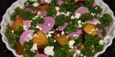 Bedårende salat med bolsjebeder, blommer og feta.