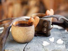 Kuksa to jedna z tych rzeczy, którą Finowie dostają raz w życiu i trzymają się jej do samego końca. Lubicie takie drewniane akcesoria? #finuu #finlandia #kuksa #finuupl #wooden #accesories #woodenmug #kuksa #mug #inspiracje #drewno #kubek Moscow Mule Mugs, Tableware, Finland, Dinnerware, Tablewares, Dishes, Place Settings
