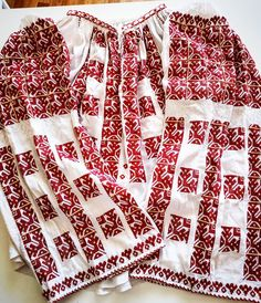 Prahova 1300 lei O mărime M Romania People, Embroidery Motifs, Folk Fashion, Embroidery Techniques, Handmade Clothes, Blackwork, Blouse Designs, Folk Art, Cross Stitch