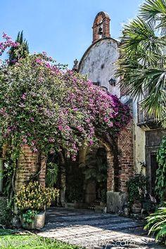 Detalle del acceso principal a la Hacienda de las Palmas, misma que se localiza en el poblado de Huaxtla y que forma parte del Municipio El Arenal, en el estado de Jalisco, México.