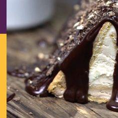 Tymi sernikowymi trójkątami objadają się wszyscy domownicy! Łatwe ciasto bez pieczenia, w którego przygotowaniu chętnie pomagają dzieciaki! Herbatniki nie tylko świetnie się komponują z serkiem, ale też pomogą Wam w tłumaczeniu pociechom zagadnień z geometrii, zwłaszcza trójkątów równobocznych. Smaczne lekcje! Polish Recipes, Cookie Desserts, Cookies, Baking, Cake, Food, Food And Drinks, Crack Crackers, Polish Food Recipes