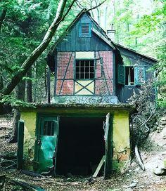 Scary house in the forest   Rémisztő házikó az erdő szélén. #fivesneakers #wecollectmemories