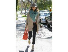 Jessica Alba : le chapeau casual Jessica Alba réussit toujours à imaginer des tenues chics et décontractées à la fois. Ce qui permet à son look de sortir du lot ? Les baskets compensées qui allongent la jambe, le sac et la ceinture qui apportent un peu de pep et… le chapeau !