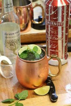 How to make the perfect classic Moscow Mule! This cocktail recipe is easy! Serve this classic cocktail in a copper mug and you are ready for a great party! The perfect combination of vodka, ginger beer, lime and mint. Refreshing Cocktails, Classic Cocktails, Summer Drinks, Bar Drinks, Cocktail Drinks, Cocktail Recipes, Beverages, Alcoholic Drinks, Vodka Cocktails