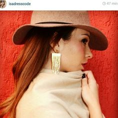 Look inspiração by Isadora Lopes ( @isadresscode ). G Rainy cold   Sunday !!!!! #click2fashion #brinco #brincos #top #inverno #bijouxlovers #bijoux