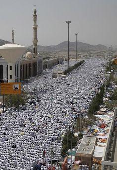 23 septembre 2015. Des pèlerins musulmans prient à Arafat pendant le pèlerinage annuel du Hajj, en dehors de la ville sainte de La Mecque. Muslim pilgrims perform prayers in Arafat during the annual haj pilgrimage, outside the holy city of Mecca September 23, 2015.