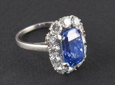 Anello in platino con diamanti e zaffiro centrale di 8.30 carati circa. Kashmir, senza indicazioni di riscaldamento. 1960 c..a