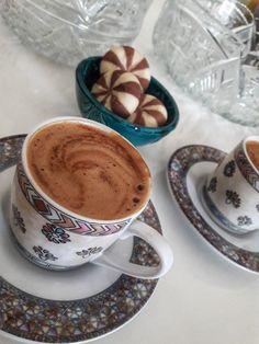Coffee Cafe, Coffee Mugs, Snap Food, Turkish Coffee Set, Food Snapchat, Coffee And Books, Coffee Photography, Food Decoration, Cafe Food