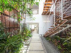 Le patio est clôturé et peut être vue depuis les trois niveaux de la maison