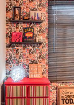 Na parede da janela, a graça vem do Con-Tact com estampa de anúncios antiguinhos (modelo Magazine, de 0,45 x 2 m. Kalunga, R$ 11,10). Até uma antiga cômoda entrou no jogo. Com pintura vermelha e tecido listrado, ficou fácil dar ao móvel uma segunda chance!