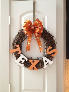 University of Texas Longhorn wreath. Crafts To Do, Home Crafts, Arts And Crafts, Wreath Crafts, Diy Wreath, Wreath Ideas, Razorback Wreath, Texas Longhorns, Longhorns Football