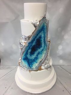 A truly beautiful selection of wedding cakes inspired by agate, quartz and other precious gems that'll give you major wedding inspiration.
