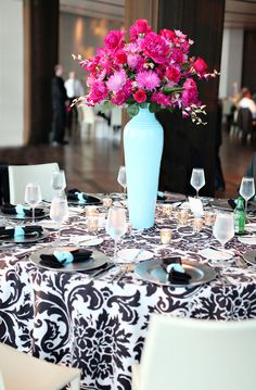 LOVE this tablecloth!! ... and the teal. Great color combo!