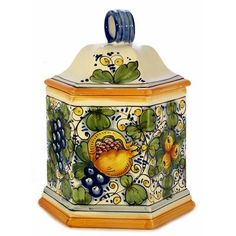 'Tuscania' is the Latin name for the Italian Tuscany region, cradle of art and culture, place of glamour and beauty.This green-toned pattern is an old majolica design that evokes the rich colors of the Tuscan landscape. Kitchen Organisation, Italian Pottery, Kitchen Canisters, Italian Art, Diy And Crafts, Decorative Boxes, Hand Painted, Home Decor, Biscotti