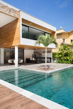 Home decoration between sea and mountain. Wood flooring, plants, grass, tree and pool. Backyard Pool Landscaping, Backyard Pool Designs, Small Backyard Pools, Swimming Pools Backyard, Outdoor Pool, Backyard Ideas, Pool Ideas, Outdoor Decor, Villa Design