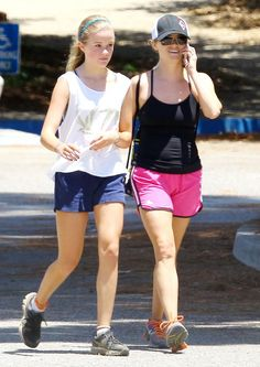Reese Witherspoon with her 14 year old daughter Ava Phillippe. Celebrity Workout, Celebrity Kids, Reese Witherspoon Daughter, Famous Teenagers, Gym Style, Workout Style, Workout Gear, Ava Phillippe, Jennifer Aniston