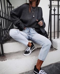Grey knit & light wash denim 🙌🏻✔️ // A\DYCSINGER knit comming soon, jeans and Outfit Chic, Cosy Outfit, Casual Outfits, Cute Outfits, Fashion Outfits, Street Style Photography, Casual Street Style, Mode Inspiration, Fitness Inspiration