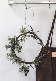 Create a simple Christmas wreath with a spruce branch with small cones. Christmas Advent Wreath, Christmas Swags, Xmas Wreaths, Rustic Christmas, Christmas Art, Minimal Christmas, Simple Christmas, Farrow Ball, Halloween Door Decorations
