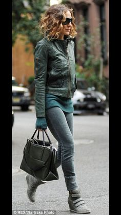 Sarah Jessica Parker bundles up her daughter Marion against the chill : What an influence: The fashion savvy mom wore different shades of green in her jeans, jumper and jacket, as well as her chic wedge trainers . Sarah Jessica Parker, Estilo Cool, Winter Outfits, Casual Outfits, Green Leather Jackets, Moda Outfits, Rick Ross, Jeans And Wedges, Jeans Style