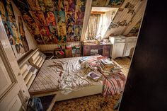 Before / After photoshopped pictures bring back to life abandoned places : Porn House - Before