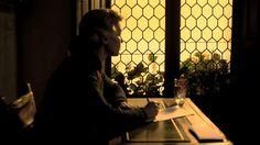 El espíritu de la colmena. Film español de Víctor Erice. 1973. Se aprecian la sobriedad en el uso de la luz natural que proviene de una ventana abierta en el lateral. El ambiente participa en general de la intención intimista que se practicó en los retratos y los cuadros de costumbres del barroco holandés. Se repite tambien el recurzo de las ventanas emplomadas.