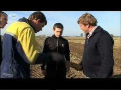 West-Vlaamse boeren proberen Poolse gastarbeiders duidelijk te maken wat ze moeten doen als ze een obus zien liggen op het veld. HILARISCH!