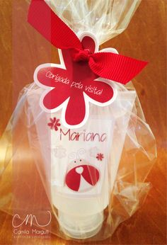 Como não amar esse tema de joaninha? A mamãe da Mariana escolheu as bisnagas de álcool gel para a sua chegada