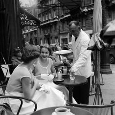 vintage everyday: 21 Stunning Black and White Photographs That Capture Street Scenes of Paris in the and Photo Vintage, Vintage Cafe, Vintage Paris, Vintage Glam, Vintage Vibes, Black White Photos, Black And White Photography, Vintage Photography, Street Photography