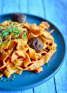 Pappardelle pasta og kødboller i cremet tomatsovs - Maria Silje Pappardelle Pasta, Sour Cream, Pasta Salad, Bacon, Spaghetti, Snacks, Ethnic Recipes, Drinks, Summer Recipes