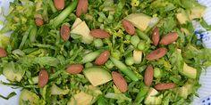Dejlig frisk salat med grønne asparges, cremet avocado, sprød hjertesalat samt en skøn dressing med smag af honning og citron.