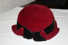 Lovely 50s hat with 2 brooches on both sides and a bow  (back)