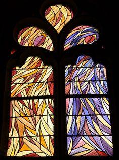 Bazaine, Chapelle Madeleine. Le vitrail du bas-coté gauche (baie 2) : Noli me tangere.   C'est la rencontre entre Madeleine et le Christ en son corps transfiguré par la résurrection, mêlant le violet mystique à la palette des jaunes.