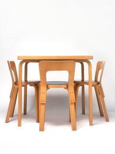 Alvar Alto Chairs and table for Artek, 1935 Dining Furniture, Modern Furniture, Furniture Design, Scandinavian Furniture, Scandinavian Design, Retro Design, Modern Design, Architecture Organique, Plywood Chair