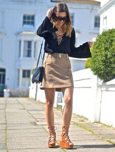 Street style de blusa com decote de amarração e sandália de amarração.