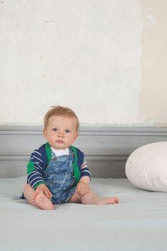 Tenue bébé garçon Absorba pour le printemps - Salopette courte en jean et gilet bleu à rayures blanches et détails verts