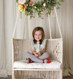 These 8 beginner macrame projects other than wall hanging is THE BEST! From plant hanger, headboard, chair to feather DIY simple and easy tutorial Anfänger Makramee-Projekte andere als Wandbehang - Lynne - . Macrame Hanging Chair, Macrame Chairs, Macrame Art, Macrame Projects, Hanging Chairs, Hanging Baskets, Hanging Plants, Indoor Plants, Fast Growing Plants