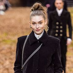 How To Create The Perfect Ultimate Messy Bun--As Seen On The Chanel Runway Comment créer Messy Wedding Hair, Braided Hairstyles For Wedding, Messy Hairstyles, Holiday Hairstyles, Parfait, Messy Updo, Messy Buns, Braided Buns, Fancy Braids