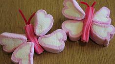 Cómo hacer paletas de mariposas con bombones, nubes, malvaviscos..: ideas de mesa dulce Marshmallow Flowers, Marshmallow Treats, Butterfly Food, Chocolates, Bar A Bonbon, Sweet Bar, Candy Cakes, Spring Party, Candy Bouquet