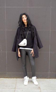 Tenue: Top court blanc, Pantalon slim imprimé noir et blanc, Baskets montantes en cuir