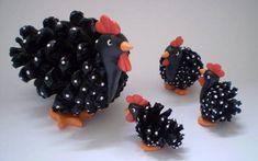 galinha e filhotes feitos com pinha e biscuit. a galinha maior mede 10 cm e os filhotes 3 cm, 3,5 cm e 4 cm ( medidas aproximadas, dependendo do tamanho das pinhas)